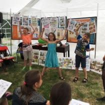 Děti se na festivalu setkaly s autory komiksů, kteří jim poradili, jak vytvořit vlastní obrázkový příběh Foto: Lenka Nechvátalová